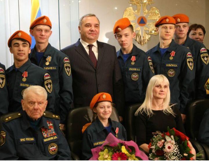 Руководитель МЧС РФ Владимир Пучков наградил детей, проявивших героизм вэкстремальных ситуациях